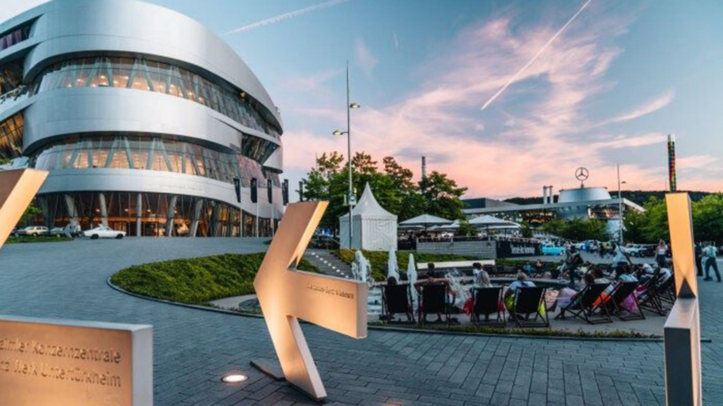 https://cloud.mb-lounge.com/files/HQ-Events/Classic/Museum/01-mercedes-benz-museum-cars-coffee-after-work-2560x1440.jpg